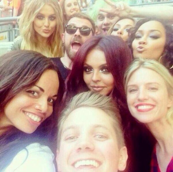 Little Mix et Michael Clifford Selfie