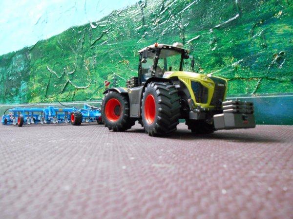 préparation des terres pour les semis des mais par l entreprise agricole marschalle