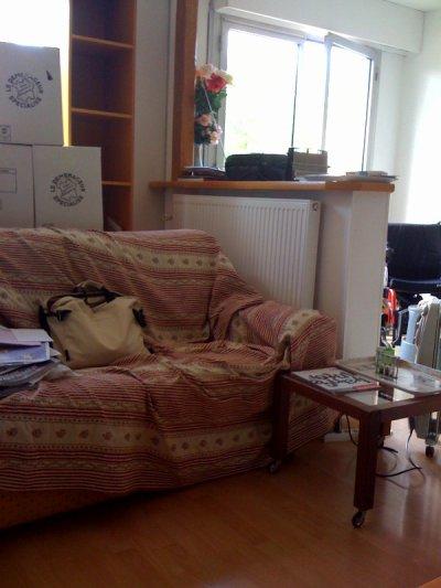 le canapé a sa petite table!