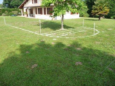 Déroulement de la contruction d'une piscine , implantation avant terrassement .