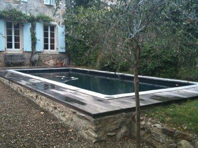 Ici une piscine avec un liner noir et des margelles for Piscine a debordement effet miroir
