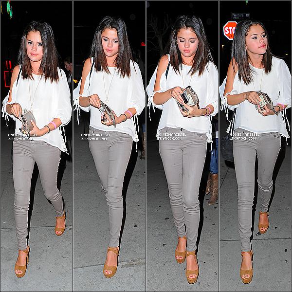 * 22 FÉVRIER 2012__••__Selena a été vue se promenant avec un café glacé de chez Starbucks Coffee à la main. 22 FÉVRIER 2012__••__Selena est allée dîner dans un restaurant de Los Angeles avec Samantha Droke et Ashley Cook. *
