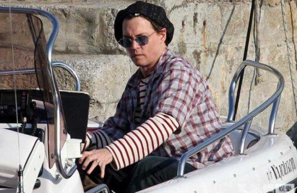 Johnny Depp et Vanessa Paradis en France, ambiance la croisière s'amuse sur leur bateau :)