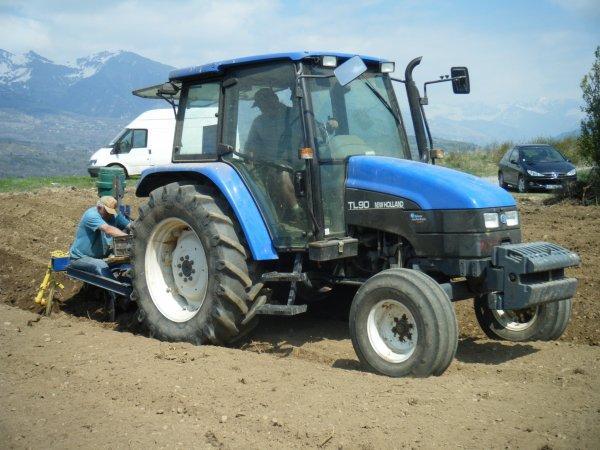 Plantation de pomme de terre 2011 >>> New Holland avec planteuse et Ford avec IH <<<