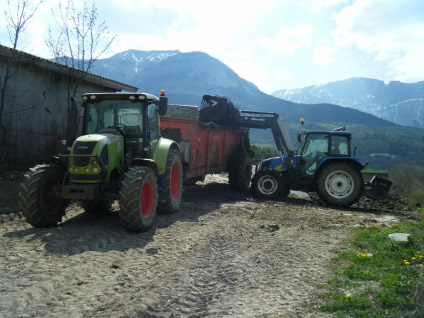 Fumier 2011 >>> Claas avec Brochard et New Holland au chargeur <<<