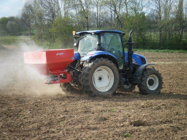 Engrais 2011 >>> New Holland avec Kuhn <<<