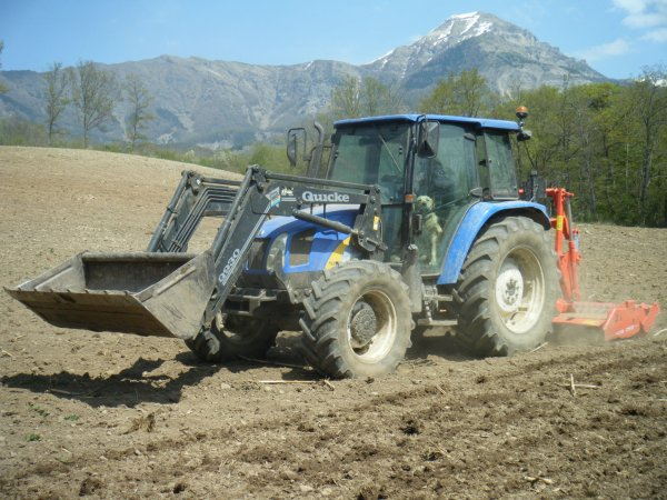 Reprise des labours 2011 >>> New Holland avec Kuhn <<<
