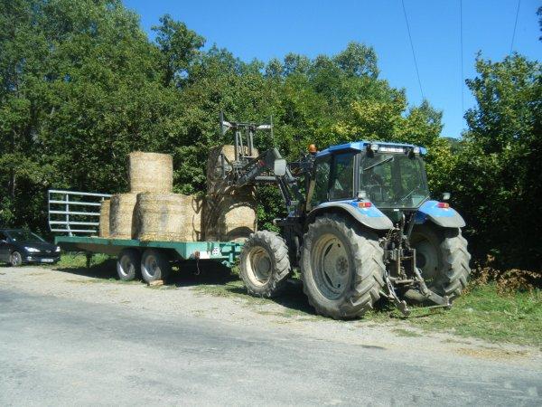 Rangement du foin 2011 >>> New Holland au chargeur avec Mazeron <<<