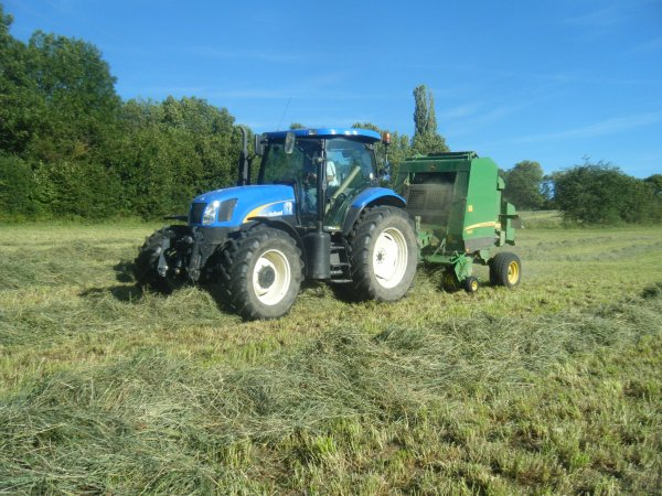 Pressage 2011 >>> New Holland avec John Deere <<<