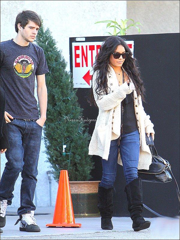 . 23/12/2010 . Vanessa est allé au restaurant avec son ami d'High School Musical, Matt Prokop. Ils sont allés déjeuner au Studio Café. . .