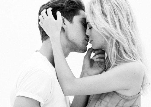 « J'ai toujours été ce genre de fille. Celle qui ressent tellement de chose mais qui n'en dit pas un mot. Celle qui arrive à faire croire aux autres que tout va bien. Celle qui aura toujours peur de ce qu'elle ressent. Celle qui gâchera toutes ses histoires d'amour. »