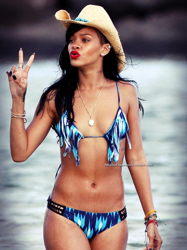 Rihanna  en bikini noir à Hawaï 