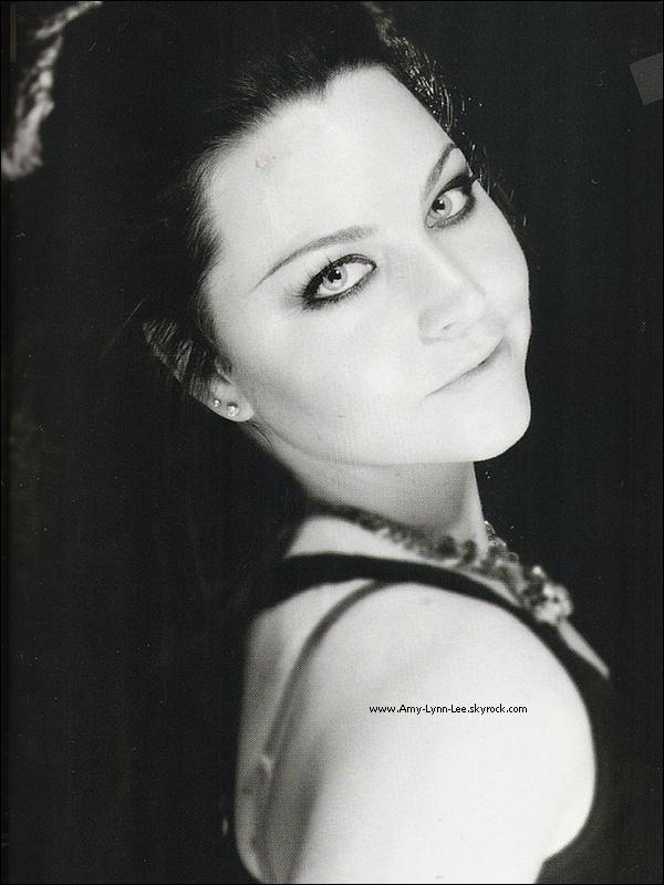 """.  . « L'Europe est devenue gothique, Evanescence y a contribué. » Billboard.            . """" La voix exceptionnelle de la chanteuse du groupe, Amy Lee est à l'origine de ce succès"""". -  (2003). « Ses cheveux sont chatains, mais, la chanteuse a teint sa chevelure en noir, pour durcir son image. Amy porte souvent des bottes dignes de l'armée, ainsi que des tenues qu'elle confectionne elle même. »   Après la sortie de 'Fallen', Amy Lee est perçue très clairement de 'Gothique', par les médias, notamment, dans les magazines. Sa voix et son style unique font d'elle une référence en ce qui concerne le registre metalo-gothique. En effet, Amy Lee est jusqu'à présent le seul modèle original de la chanteuse rebelle à la voix, légère et ultra-puissante, ces deux qualités ont suffit à propulser le groupe Evanescence, ainsi qu'Amy, par la même occasion, à la tête des médias en avril 2003, avec + d'une centaine de publications, d'Amy Lee à la une des plus grands magazines nationaux américains ( à noter le célébrissime Los Angeles Times.) , sans oublier l'étendue fulgurante vers les pays européens. Le + grand succès du groupe, a eu lieu durant la période des festivités musicales en Allemagne, où la culture gothique, est plus avancée qu'en France, ou en Espagne. Cependant, il est bon à savoir, que la vague Evanescence, touche plus particulièrement en 2003, les adolescents en mal de vivre, par les paroles profondes des paroles, notamment la chanson Tourniquet, qui vise le mal-être et le rejet de soi-même & Whisper, chanson qualifiée de 'rébellion populaire' par les jeunes fans. Quant à la culture gothique, instaurée au niveau vestimentaire, elle est expliquée par l'immense succès des tenues de scènes de la chanteuse, qui sont très originales. Elles connaissent un moment de gloire chez les filles, en Novembre / décembre 2004 après, le passage fulgurant d'Evanescence au Zenith de Paris. Le même procédé ne pourra que se reproduire en 2006, à la sortie de 'The Open Door'. Cette fan-attitu"""