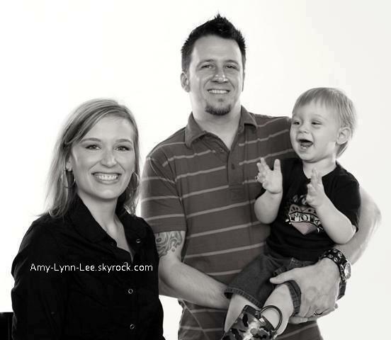 . Oh ! Si c'est pas mignon ça. Troy McLawhorn, sa femme Amy, & son fils Michael - Photos personnelles.     .
