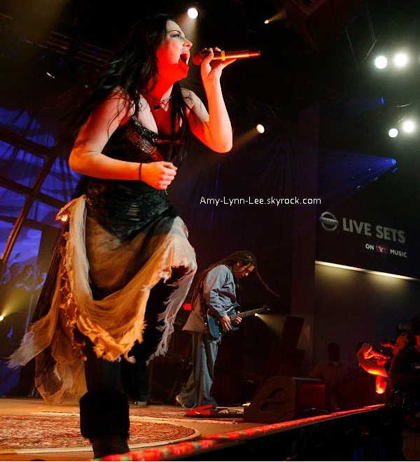 . Toujours concernant le concert à Prague (17 juin) Amy Lee est actuellement vétue de cette tenue   connue pour être apparue pour la première fois lors de la séssion Live  - Nissan Live Sets.  Un évènement qui était organisé par Yahoo et sponsorisé par Nissan en 2007.     .