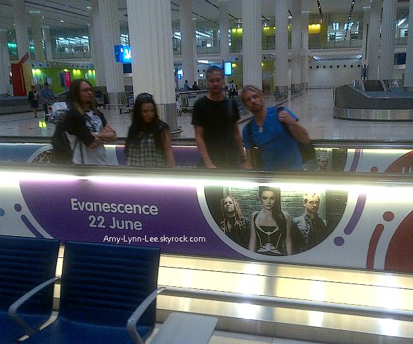 """. Twitter : (@EVANESCENCE) - Regardez qui a été chopé dans les pistes roulantes à l'aeroport de Dubai aujourd'hui !  """"Je suis exitée à l'idée qu'il y ait des fans d'Evanescence à Dubai"""" - Amy Lee (22 juin)""""   ."""