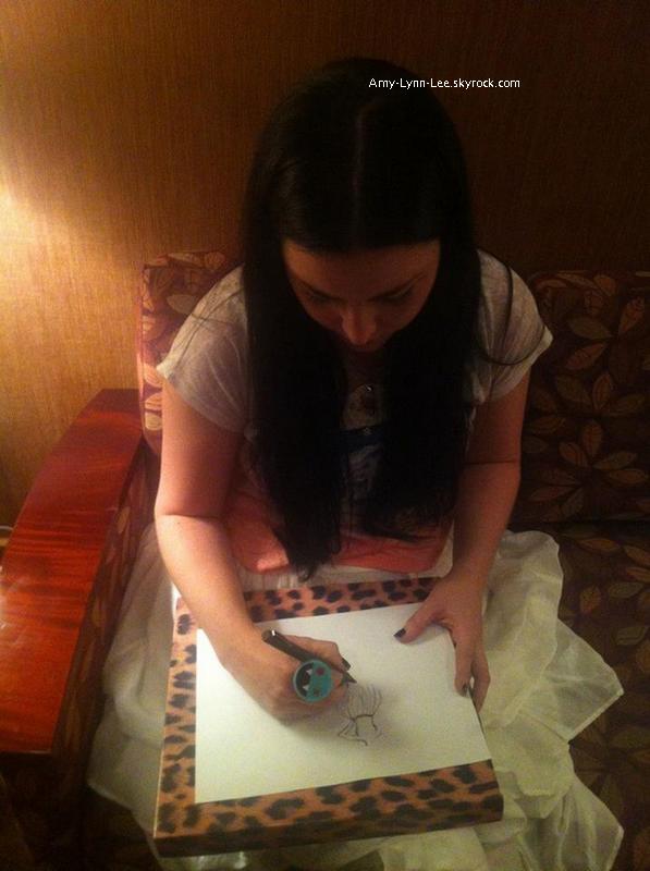 . « Travaille pour une collaboration avec avec @stashbox, suivez les (Twitter) & devenez membre. » - Evanescence, commence à ouvrir la voie vers d'autres projets dérivés que beaucoup de fans attendaient ! On parle d'une ligne de vêtements sur Twitter, d'après le dessin que réalise Amy (à confirmer), qu'en pensez-vous? Vous n'attendiez que ça? le projet serait pour bientôt. Le style d'Amy Lee a toujours plu aux fans, & est absolument unique. Amy Lee a accépté de se confier à propos de son style vestimentaire deux fois ; pour l'organisme Vevo(Stylized) & lors d'une interview pour FashionTV.     .