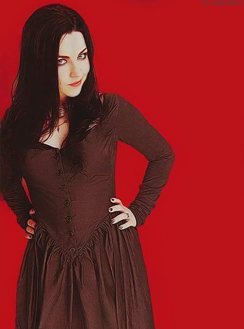 . Amy Lee pour Kerrang! Magazine..  (Elle y apparait sur une double page, avec Lzzy Hale, de Halestorm)  !   .
