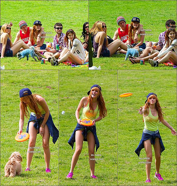 . 14/03/2013 : Bella et des amies dans un parc. Je trouve Bella très joyeuse,et très jolie ! .