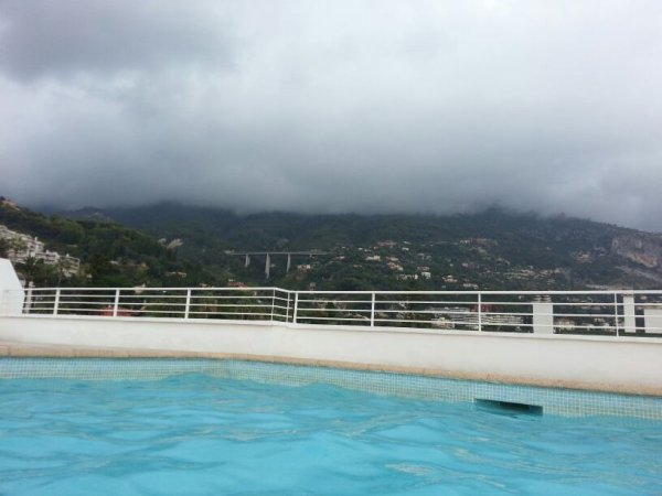 Seul a la piscine trop cool