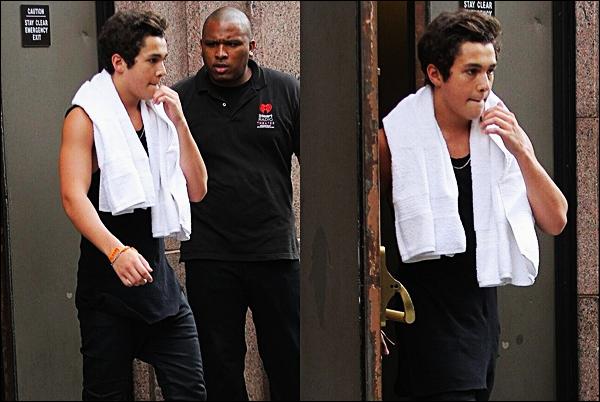 CANDID09/07/2014: Austinest sorti d'un théâtre pour récupérer un bracelet qu'une fan à trouvé (NY)