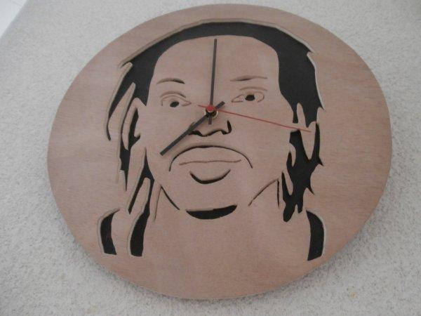 Création d'une pendule avec portrait du client parti en Afrique.
