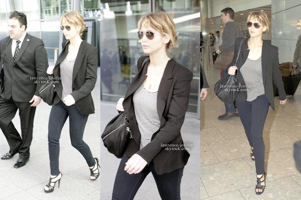 . TUE, MARCH 27TH 2012   candid_ Jennifer est revenue d'Espagne tôt ce matin. En effet, c'est dans une tenue relativement chique que celle-là a été aperçue sortant de l'aéroport d'Heathrow, à Londres. .