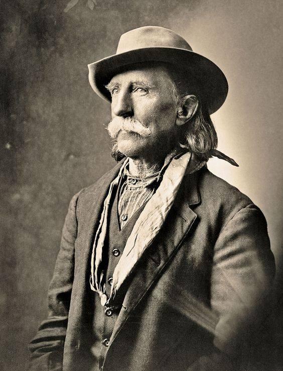 """John George """"Kootenai"""" Brown a apporté plus de 20 ans d'expérience à la partie Rocky Mountain Rangers. Il a donné son cheval au galop un coup de pied et 40 km pour faire du bénévolat ses services en tant que chef scout. Son service dans la milice canadienne a dépassé sa carrière en tant que lieutenant britannique, un courrier pour l'armée américaine, un éclaireur pour la police montée du Nord-Ouest et un agent du magistrat en Colombie-Britannique. Courtoisie - archives glenbow na-678-1 -"""