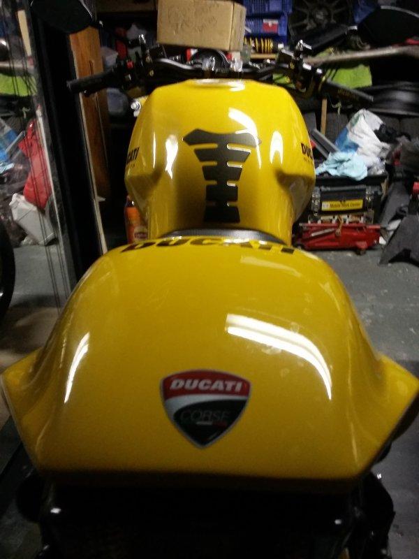 Petit stikers Ducati corse coller  ,en commande : caches courroies transparent ;)