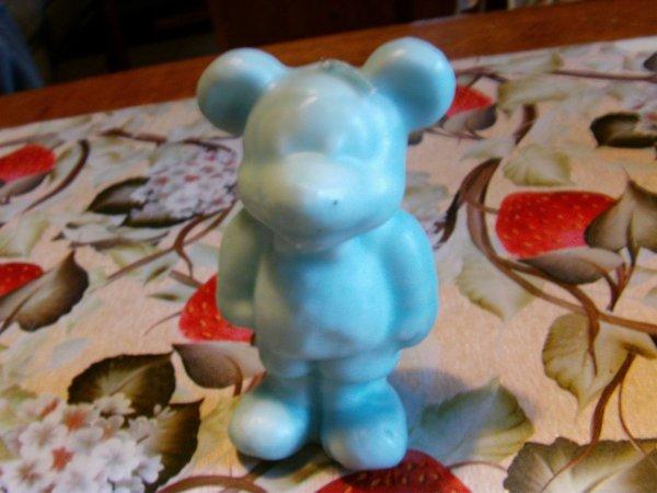 voici un ours bleu