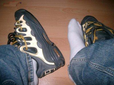 Oui je kiffe les pieds, les chaussettes les baskets .... Et j'assume mes trips!