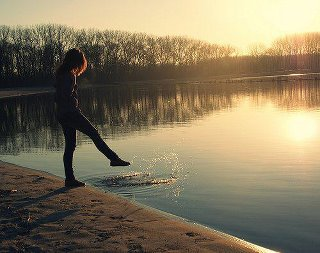 *Il n'y a pas si longtemps que ça, j'étais persuadée que dans la vie, si on voulais s'en sortir, il fallait toujours lutter contre le courant, quelle que soit sa force. Mais tout bien réfléchi, vivre en se laissant porter, ce n'est peut-être pas si bête que ça, du moment que ça nous fait avancer.