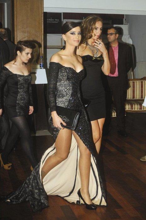 Dafina Zeqiri e veshur me njejten fustan si vajza mprapa saj  ^^