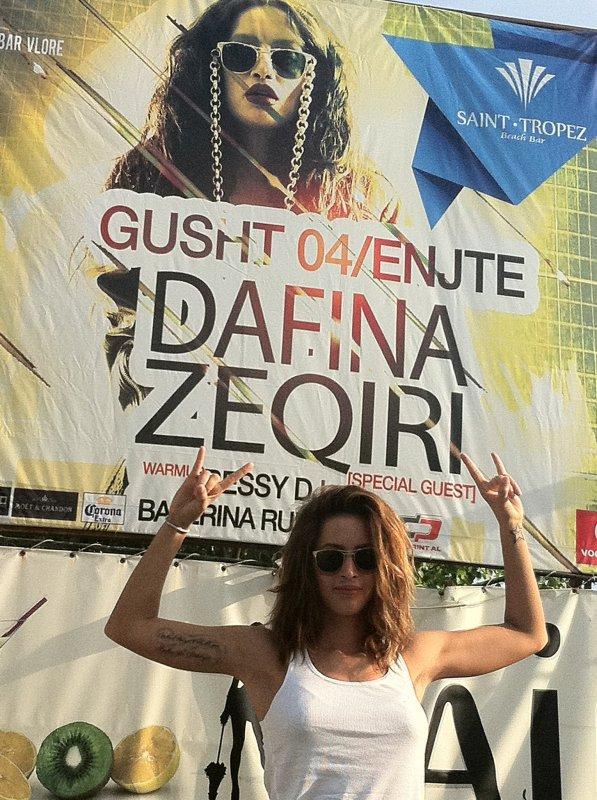 """Dafina Zeqiri eshte Illuminati !!! (Shikoni foto te fundit. Ata bojn te njejtat gjeste sikur Dafina dhe e kan shkruar """" I LOVE SATAN"""" ne T-shirt te tij ."""