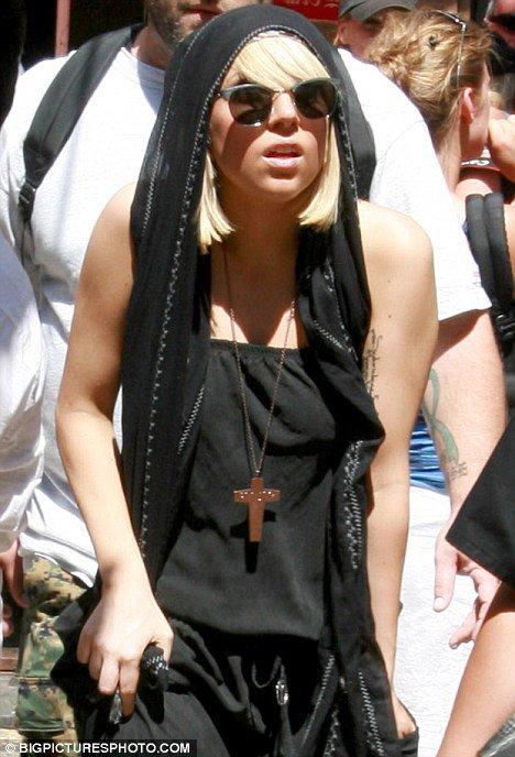 Motra e Dafina Zeqirit vesh kryqin dhe thot qe eshte Muslimane !!!!