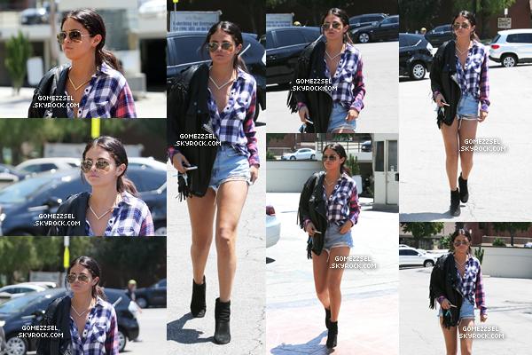 31/07/14 : Hier, Selena a été aperçue arrivant à un rendez-vous d'affaires, à Los Angeles.