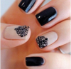 Pose d'ongles noir et nude avec deco noir