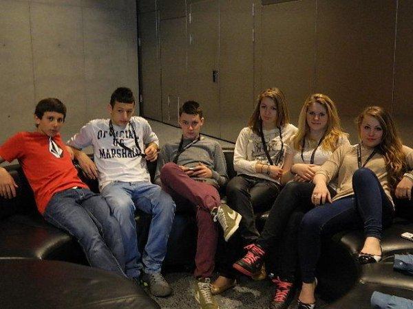 Tranquille assis au musée Mercedes Benz en Allemagne avec les amis :3