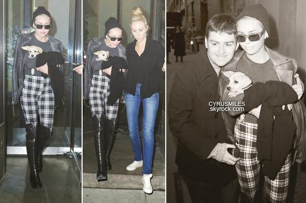 """15/02/2013 : Miley et sa maman, Tish , ont été aperçues quitter une séance de photos et posant avec des fans.  Un GROS FLOP.. je n'aime pas du tout l'ensemble de la tenue particulièrement le motif  à """" carreau """" et les bottes."""