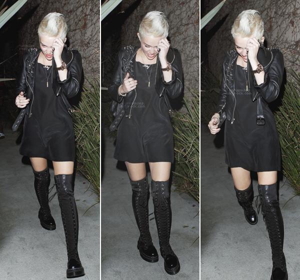 07/03/2013 : Miley Cyrus a été prise en photo quittant accompagnée d'un ami, une fête à North Hollywood.  Miley portait une tenue noire mettant en valeur son corps et ses formes, un TOP mais un bof pour le pantalon