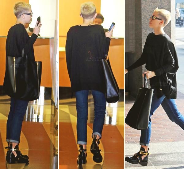 05/12/2012 : Miley Cyrus  peut être malade, s'est rendue à sa visite chez le médecin à westhollywood . Je n'ai pas trop d'avis sur son look, à part que je n'aime ni son sac, ni son son pull ! Je lui met donc un BOF .