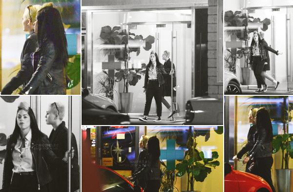 15/12/2012 : Miley et une de ses amies ont été aperçues sortant de la pharmacie YourTree à L A.  Côté tenue, il n'y a peu à dire à part qu'elle portait un manteau noir et un pantalon rouge et des ballerines.