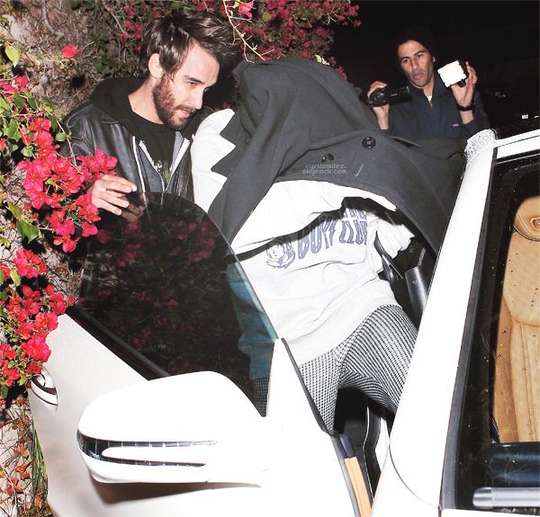 08/03/2013 : Miley Cyrus et son ami, Cheyne, ont été aperçu quittant le studio d'enregistrment à Los Angeles.  On voit bien que Miley n'en peut plus des paparazzis. Ils la traquent. Ils devraient la laisser souffler un peu !