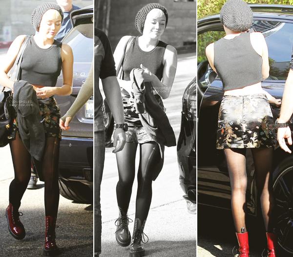 14/11/2012 : Miley  et sa maman, Tish, ont été vues arrivant au studio d'enregistrement à W.Hollywood. Je suis conquise par sa tenue. J'adore sa jupe, elle est juste magnifique ! Pour moi c'est un gros TOP .TOP - FLOP ?
