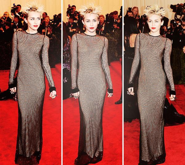 """06.05.2013: Miley s'est rendue au Costume Institute Gala au Metropolitan Museum of Art à NY. Miley portait une très longue robe faite en maille de Marc Jacobs, en concordance avec le thème de la soirée :     Punk : Chaos to Couture. Ses """" high heeled shoes """" viennent de chez Prada. Sinon pour ma part, la coiffure et le makeup sont juste à en mourir ! Je suis tombée sous le charme ! Le rouge à lèvre renvoie bien l'effet Punk attendu. Pour moi c'est un un top !      Qu'en pensez vous ?"""