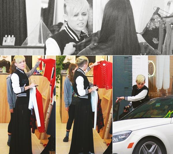 """09/11/2012 : Miley était vue faire du shopping avec une amie chez """"Reformation"""" dans West Hollywood Comme vous pouvez vous douter, je n'aime pas sa tenue. La robe longue et les converses, je n'adhère pas.."""