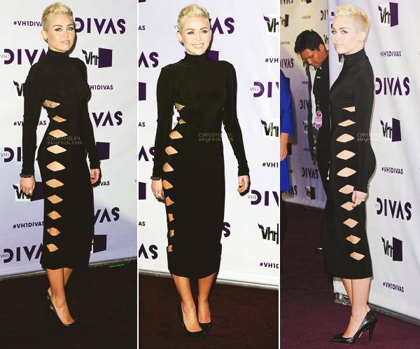 16/12/2012 : Nous retrouvons Miley  au VH1 Divas où à l'occasion elle devait chanter sur scène, à L A.  >  Bon alors là je suis conquise par sa tenue d'arrivée, de scène et  également de son make-up, un GROS TOP !