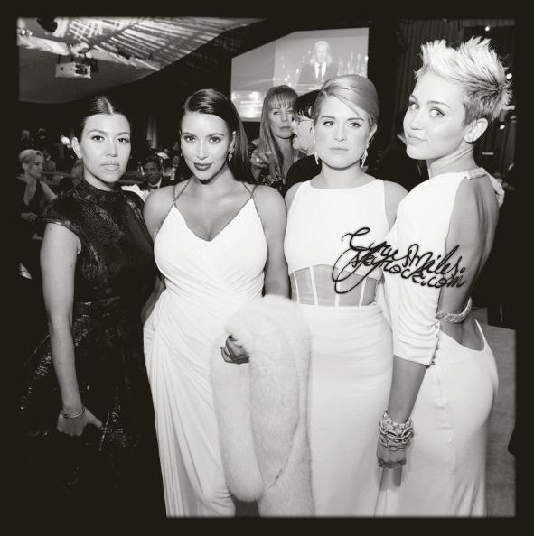 24/02/2013 : Miley et sa mère étaient présentes à la soirée des Academy Awards de la fondation d'Elton John.   Miley portait une sublime robe crêpée à dos nue blanche, signée Azzaro et avait un make-up très léger. UN TOP.
