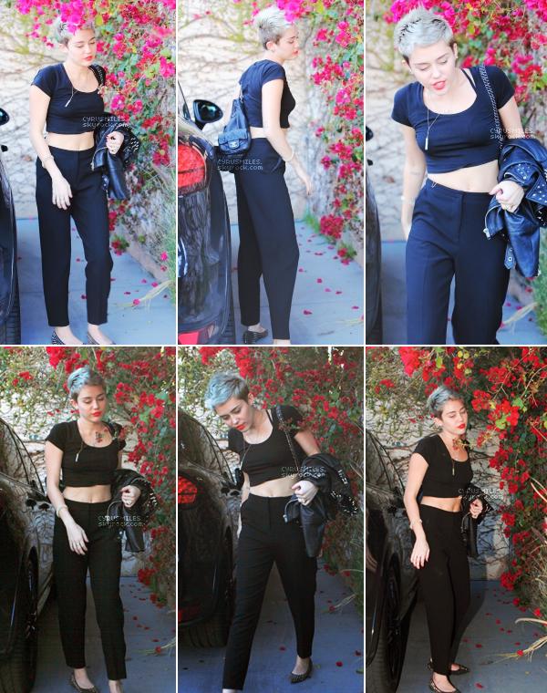 01/03/2013 : Miley , photographiée sortant de sa voiture, se rendant au studio d'enregistrement à Los Angeles   J'aime beaucoup la tenue que porte Miley sur ce candids surtout son haut. Un beau rouge à lèvre un TOP quoi !