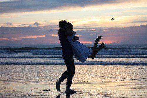 L'homme veut être le premier amour de la femme,   alors que la femme veut être le dernier amour de l'homme.